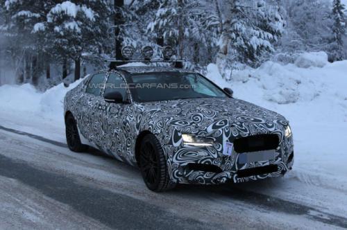 Jaguar XF 2016 года выслежен внутри и снаружи
