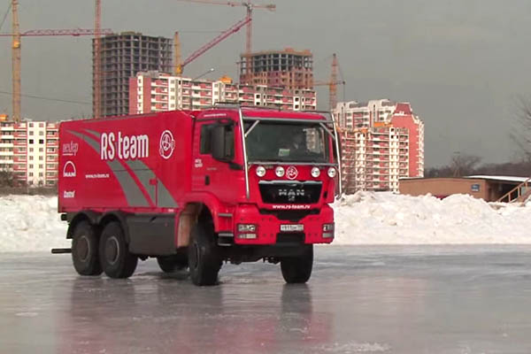 Дрифт спортивного грузовика на льду