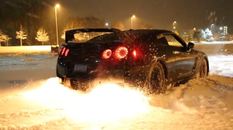Nissan GT-R резвится в снегу
